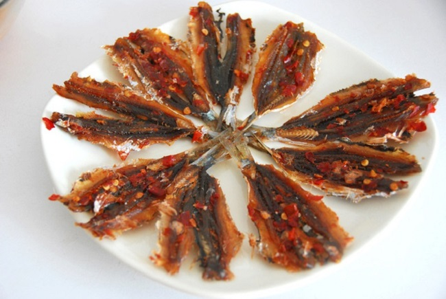 Cá chỉ vàng nướng được xếp ra đĩa