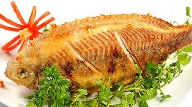 Món cá chỉ vàng khi rán xong và được trang trí đẹp mắt